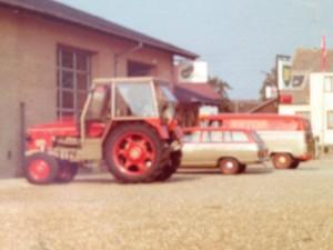 Vejstrup Auto gårdspladsen med Zetor traktor og firmabiler i Zetor farver
