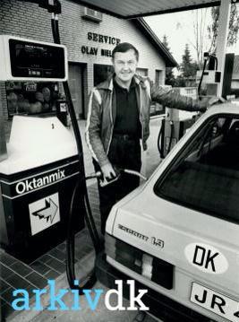 Olav Nielsen ved benzinstanderen Vejstrup Auto. Billede fra 1983